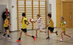 Tytöt pelasivat rohkeasti isompia ja vanhempia poikia vastaan. Palloa kuljettaa Matilda.